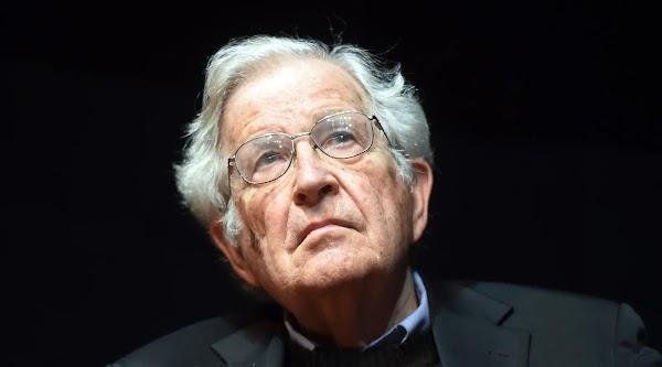 El poder necesita la oscuridad | por Noam Chomsky