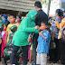 Dansatgas TMMD 109 / Sintang serta Ibu Persit Memakaikan Masker Kepada Anak-anak