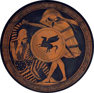 Kílix del siglo V a. C. conocido como Copa de Edimburgo, producida en Atenas por el Pintor de Triptólemo en torno al año 480 a. C. El guerrero erguido representa a un hoplita griego, y el caído a un enemigo persa. El hoplita muestra con claridad el dorso de su escudo griego de tipo aspis, sobre el que ha dibujado un motivo en forma de pegaso. Este tipo de dibujos tenían como fin el servir de emblemas que distinguieran a su portador y, también, a modo de amuletos mágicos, en particular en el caso de las gorgonas, que tenían un carácter protector. Con el tiempo fueron desplazados por emblemas alusivos a la ciudad-estado, la letra griega alfa en el caso de Atenas y lambda (de Lacedemonia) en el caso de Esparta. Museo Arqueológico Nacional de Atenas.