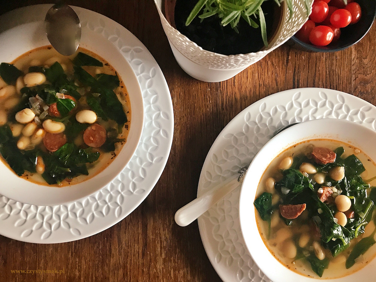 Wysokobiałkowa zupa fasolowa z chorizo i szpinakiem