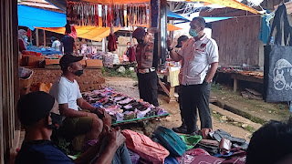 Awasi Prokes di Pasar Ge'tengan, Tim Mobile Covid Sosialisasikan Pendataan Warga Yang Belum Divaksin