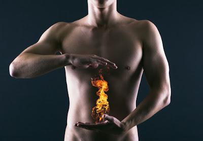 Ợ hơi, ợ chua, nóng rát vùng thượng vị là triệu chứng phổ biến của trào ngược dạ dày, thực quản