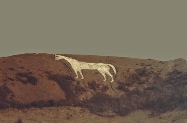 Το μυστήριο του λευκού αλόγου στις πλαγιές ενός αγγλικού λόφου