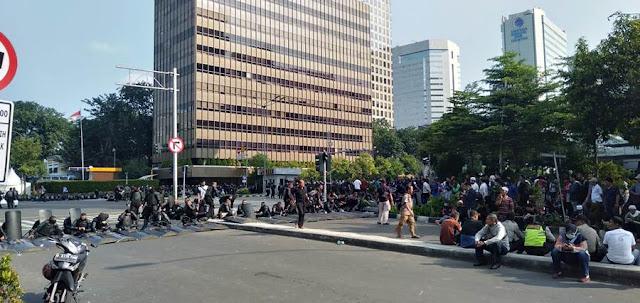 Kumpulan massa yang menunggu di sekitar perempatan Jalan Thamrin