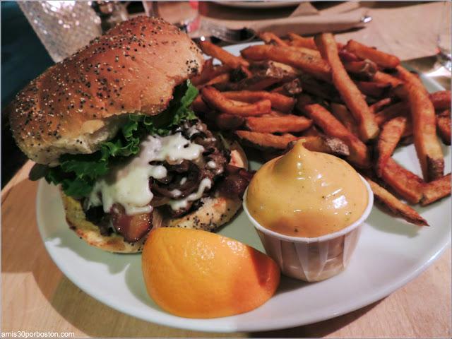 Hamburguesa Le Classique en el Chez Victor de la Ciudad de Quebec