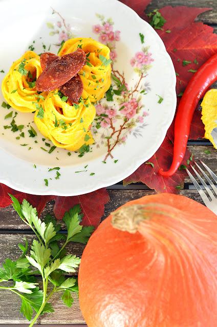 Fettucine mit Kürbis-Ricotta-Sauce und Chorizo Chips