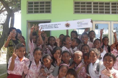 Anak-anak SDK 1 Buitasik dalam project perpustakaan Belu NTT Book for Mountain