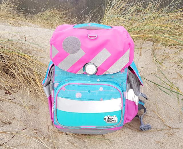 Einschulung 2021: Ein Meerjungfrauen-Schulranzen für unser Küstenmädchen. Das Neon-Pink des Caps sorgt für gute Sichtbarkeit und harmoniert mit dem maritimen Look.