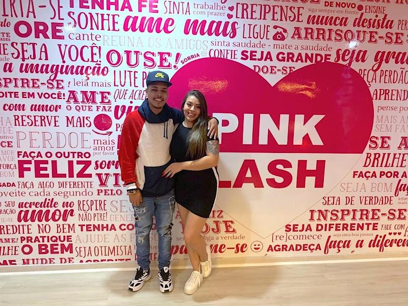 Cantor de 'Baile de Favela' abre loja da franquia Pink Lash e se junta a outras celebridades empreendedoras