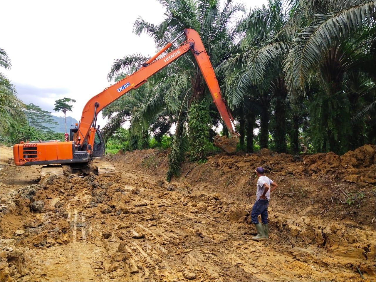 Pengupasan Tanah Lembek Untuk Diisi Dengan Tanah Dan Batu Agar Jalan Keras Dan Tidak Mudah Longsor Atau Turun