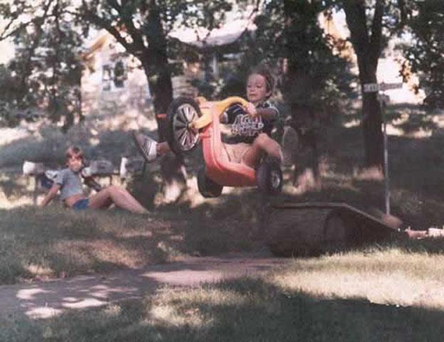 Imagen divertida de niño en triciclo