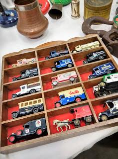 coches, piezas de colección en desembalaje de bilbao