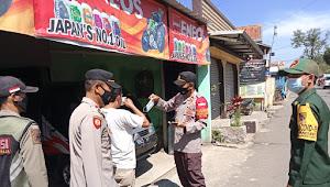 Bersama Team Patroli PPKM Polsek Solokanjeruk Polresta Bandung Bagikan Masker