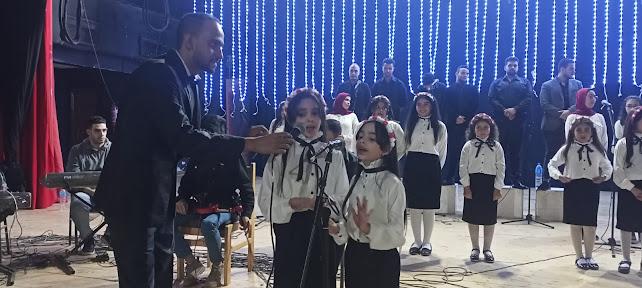 طفلتين يؤديان اغنية الاختيار