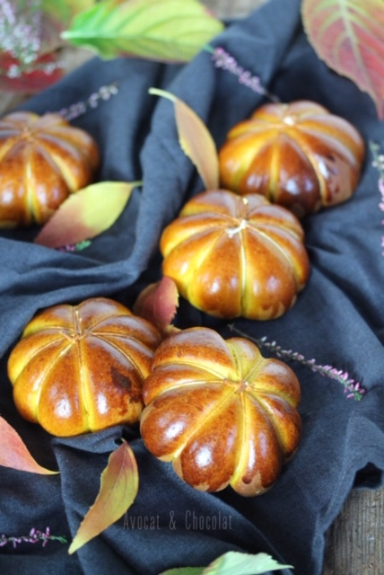 """alt=""""petites brioches à la courge en forme de courge décorées de fleurs et feuilles d'automne"""""""