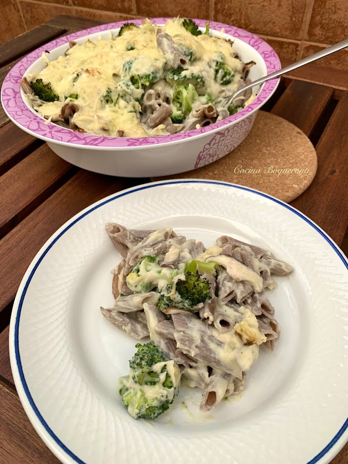 Macarrones con brócoli, setas y bechamel de coliflor