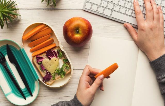 Menggunakan Laptop Sambil Makan - Kebiasaan Sehari-Hari Yang Merusak Laptop