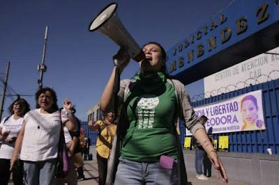 Recuperan libertad tres salvadoreñas condenadas por aborto; habían sido condenadas a 30 años de cárcel