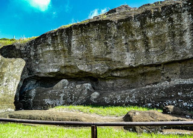 """estátuas de pedra parcialmente esculpida na """"fábrica de moais"""" da Ilha de Páscoa"""