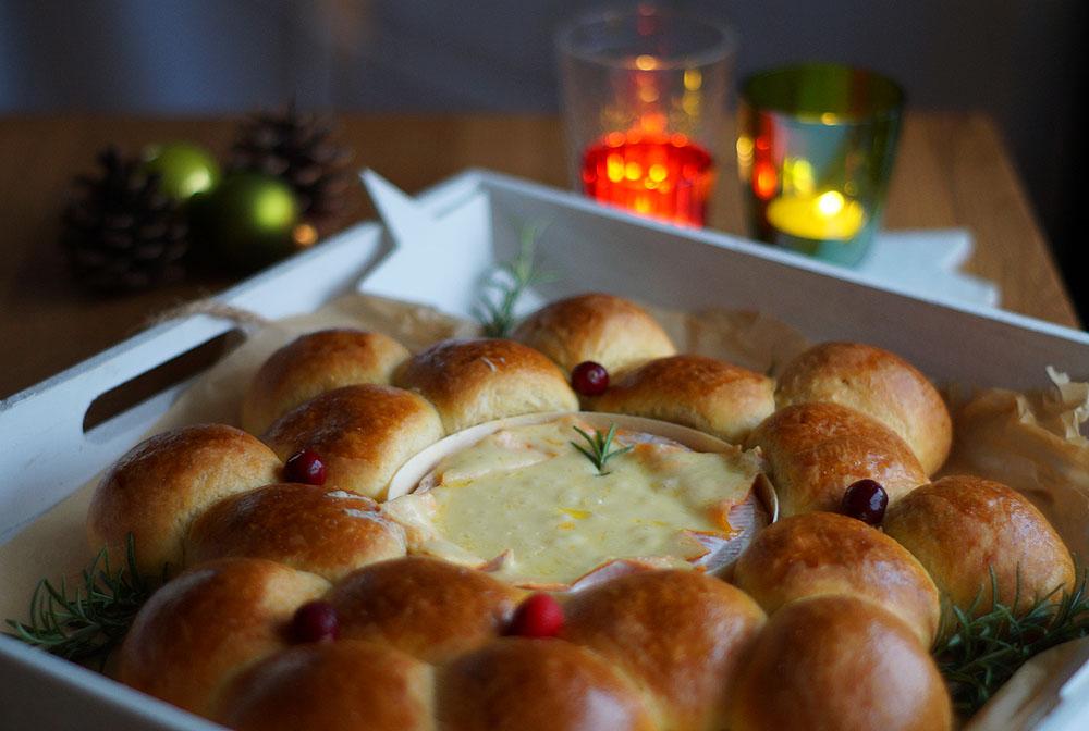 Briochekranz mit gebackenem Käse und Cranberries von USA Kulinarisch