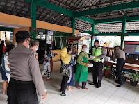 Polsek Umbulharjo Bagikan Nasi Kotak Di Pasar Bringharjo dan Pasar Kranggan