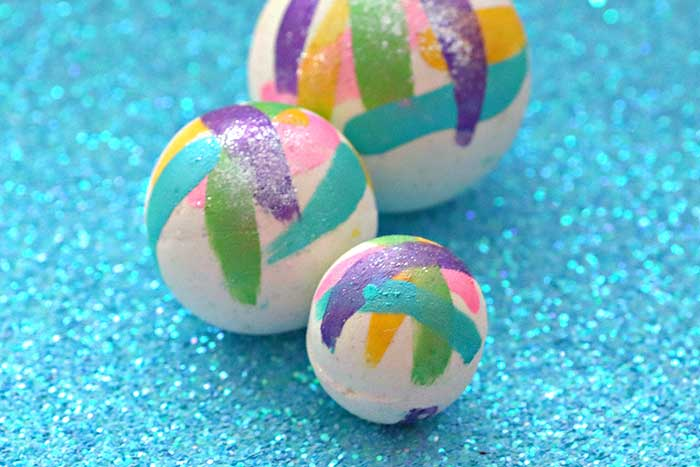 How to make DIY unicorn bath bombs recipe.  These unique bath bombs are natural and made with Epsom salt and without cornstarch. These cute bath bombs are great for kids.  They are moisturizing thanks to coconut oil and baking soda. The citric acid makes them fizzy. It uses a natural Unicorn Kisses fragrance oil scents. These pretty home made bath bombs are easy to make and make great gift ideas. #unicorn #bathbomb