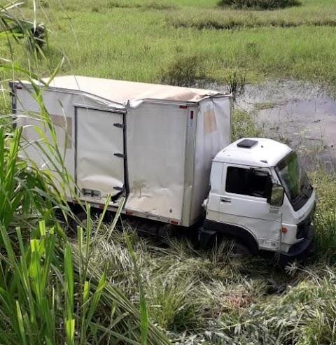 Caminhão sai da pista e cai em acostamento próximo a Igarapé Grande