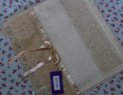 Toalha de Lavabo com Barrado em Crochê e Bordado Labirinto/Crivo