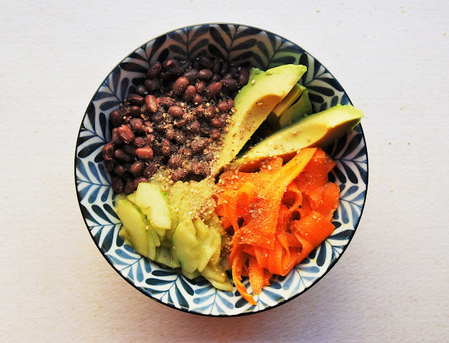 Buddha bowl d'été: azuki, carottes, concombre, avocat