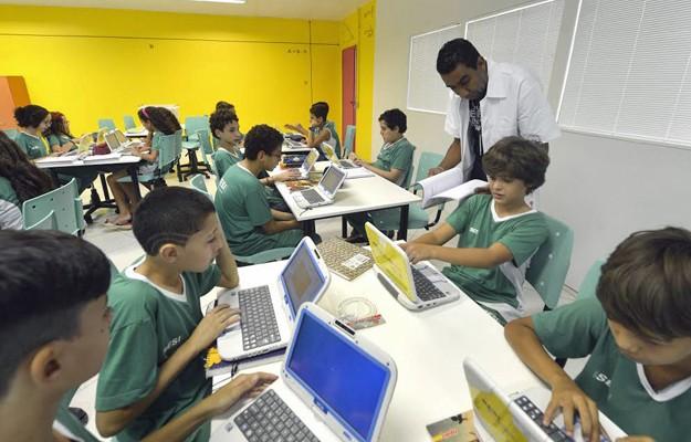 Máquina de Ensinar de Skinner, comportamento, behaviorismo, psicologia, reforço, professora ajudando aluna sala de aula, máquina de ensinar skinner, behaviorismo maquina de ensinar, skinner jogo, maquinas de ensinar, tecnologia do ensino, aparelhos skinner, educação, reforço