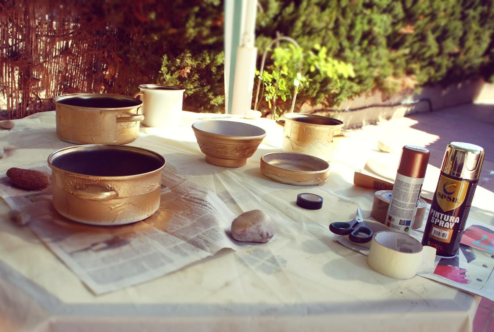 Ollas después de pintar con pintura dorada