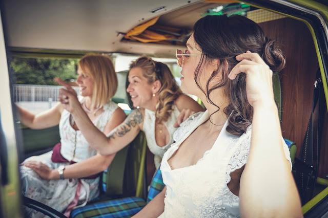 VW Bully, Hochzeitsauto, Hochzeit, heiraten, in den Bergen, Garmisch, wedding, Hochzeitsplanung, Tannenhütte, Bader Suites, Hochzeitslocation, heiraten in Bayern, 4 weddings & events, Uschi Glas, Hochzeitsfotograf Alpenwedding Marc Gilsdorf, weddingstyled