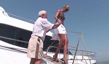 Την βοηθούσαν να βγει από το κότερο της βγήκε η φούστα και… τα είδαν ΟΛΑ!