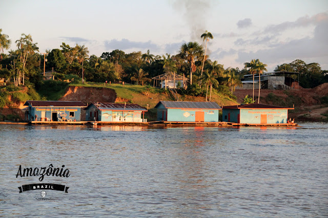 沿岸許多亞馬遜村莊非常現代化,有些房子是飄在河上,包括加油站,方便船隻加油。