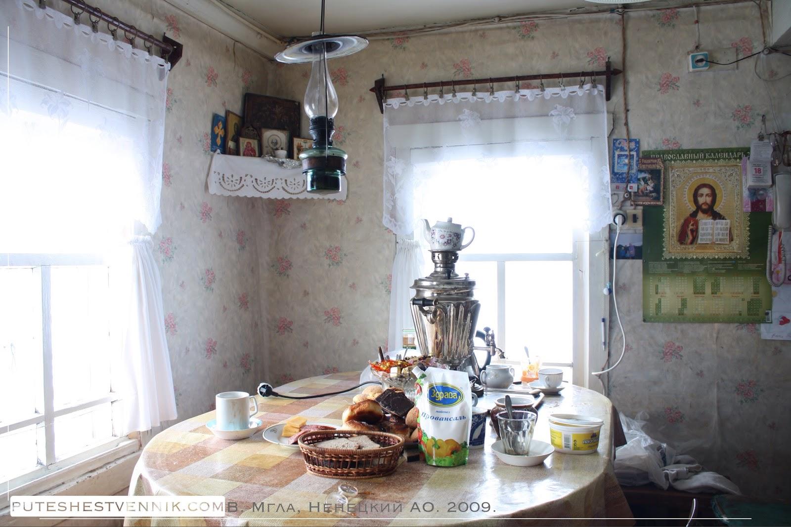 Красный угол и стол с самоваром в русской избе