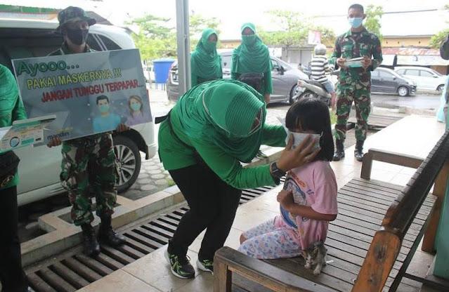 Persit KCK Cab XLIII yonif R 631 Bagikan Masker Gratis