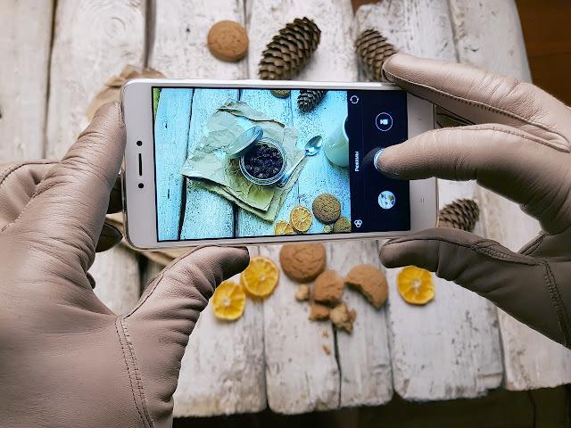 مع ظهور كاميرات الواقع الافتراضي والكاميرات بزاوية 360 درجة ، أصبحت التطبيقات التي يمكنها التقاط صور بانورامية أمرًا ضروريًا لجميع محبي التصوير الفوتوغرافي.    هل تبحث عن تطبيق لالتقاط صور رائعة بزاوية 360 درجة؟  في هذه المقالة سوف نعطيكم أفضل التطبيقات لكاميرا البانورامية لنظامي التشغيل Android و iOS.    هناك الكثير من تطبيقات الكاميرا البانورامية لنظامي التشغيل Android و iOS والتي ستحول هاتفك المحمول إلى كاميرا كاملة بزاوية 360 درجة. تمكّنك هذه التطبيقات من التقاط صور بانورامية وصور شخصية وحتى تسجيل مقاطع فيديو.