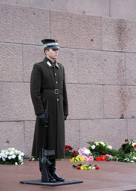 Декабрь 2001 года. Рига. Караул возле монумента Свободы