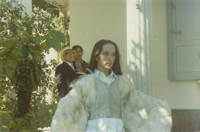 Виктория Чаплин изображает крылатую девушку из фильма The Freak - 2