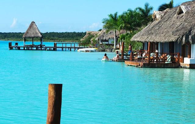 La laguna de Bacalar es más conocida con el nombre de la Laguna de los Siete Colores, por sus 7 distintos tonos de azul según sus diferentes profundidades. Tiene menos de 100 kilómetros cuadrados de superficie, ya que es larga (cerca de 42 kilómetros)
