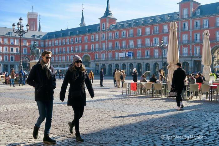 マドリードのマヨール広場の冬の観光客