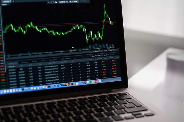 Você prefere investir no exterior através de ações individuais ou em ETFs? Quais seriam as vantagens e desvantagens de cada um?