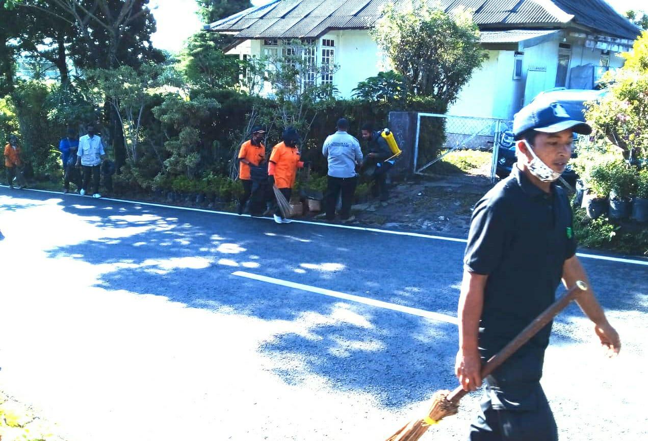 Pemdes Cimacan Lakukan Aksi Bersih Bersih Disepanjang Jalan Raya Cibodas