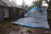 Angin Puting Beliung Rusak Puluhan Rumah Warga di Lombok Tengah