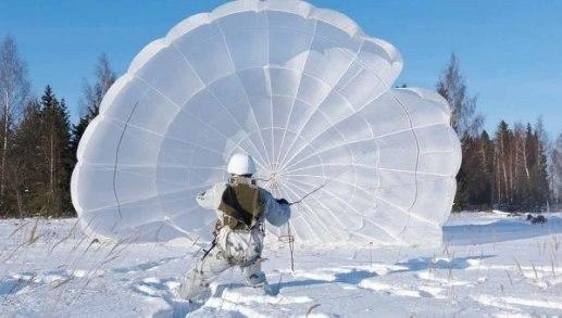 Приземлившийся десантник с парашютом
