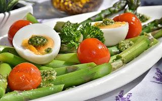 Espárragos trigueros, huevos y tomate