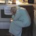 Esposo encuentra a su suegra derrumbada en la cocina; cuando descubre la razón rompe en llanto.