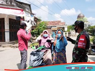 Wujudkan Masyarakat Produktif Babinsa Bagikan Masker