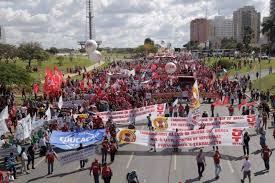 Durante a manhã, trabalhadores vindos de todas as partes do Brasil se concentraram nos arredores do Estádio Mané Garrincha, em Brasília. Eles saíram em caminhada pelas ruas da capital federal e, neste momento, seguem pelo Eixo Monumental em direção ao Congresso. Os organizadores esperam reunir 150 mil pessoas.