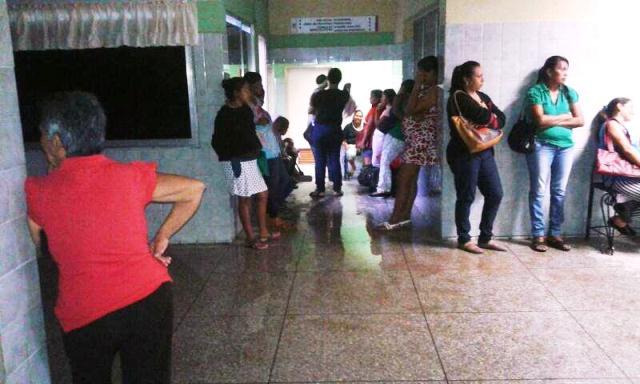 colapsa-tuberia-de-aguas-negras-y-se-inundan-areas-del-hospital-de-la-villa